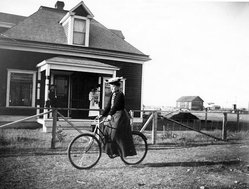 Mujer en bicicleta por Galt Museum & Archives en The Commons