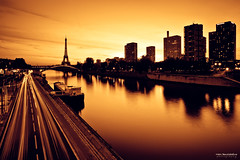 7:20AM v2 (Marc Benslahdine) Tags: paris building seine sunrise boats cityscape toureiffel pniche canonef1740mmf4lusm immeuble urbanscape lightroom paris15 quaideseine longexp poselongue bichromie paysageurbain roadrails canoneos5dmkii marcbenslahdine filvoiture marcopixcom