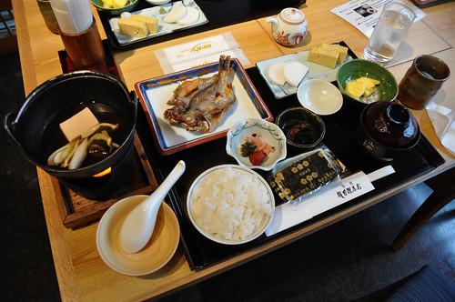 Fisk, ris, pickles og misosuppe