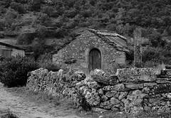 Grangette, Peyre, Aveyron (lyli12) Tags: france de nikon village pierre nb campagne beau croix millau patrimoine causse aveyron midipyrnes lesplusbeauxvillagesdefrance plus d3000 grangette