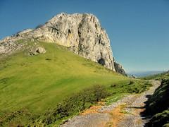 Mugarra a todo color (basajauntxo) Tags: landscape camino paisaje monte montaa bizkaia euskadi roca collado hierba urkiola mugarra caliza basajauntxo mugarrikolanda