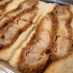 べったら市からの帰り たまーに寄るゴハン屋さんのカツサンドも屋台に出ていたので買ってきた。すごい肉厚~。三切れ入って800円 (お店で食べる時は900円)。一切れ食べて、残りは明日の朝トースターで軽く焼いて食べるのだ。←お姉さんのオススメ
