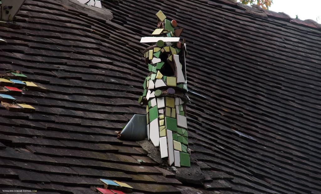 Cheminée blanche et verte recouverte de carrelage émaillé.