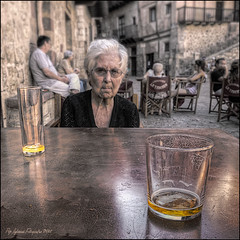 Els ltims glops -The last sips (Pep Iglesias) Tags: old woman color glass nikon sigma anciana 1020 soe pep vasos 2011 gots d80 photoshopcreativo malinconiamelancholy inspiredchoice