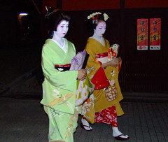 Gion Geiko & Maiko (D.S.B) Tags: girls woman white cute girl japan japanese women kyoto pretty traditional makeup maiko geiko geisha entertainer kimono gion gionmaiko kyotomaiko mamehana mamesome giongeiko maikomamesome kyotogeisha geikomamehana giongeisha kyotogeiko