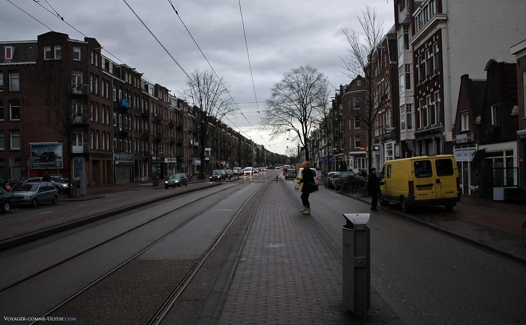 Overtoom est une grande artère, menant directement au centre historique de la ville.