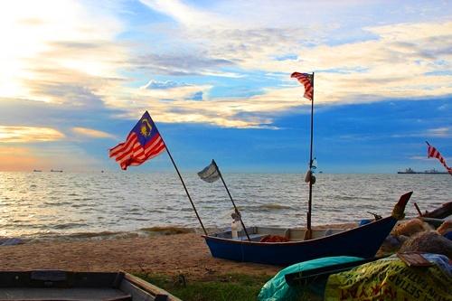 Bot kecil nelayan di Pantai Puteri