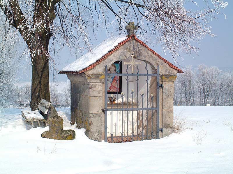 winterliche Kapelle in der Nähe des Kirschblütenhofs