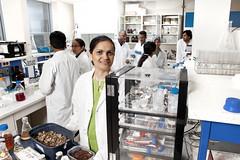 La professeure Satinder Kaur Brar dans un de ses laboratoires