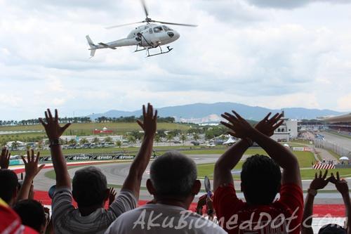 Helikopter menghampiri tempat duduk