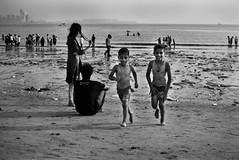 Everyone loves the sea (mayankpandey) Tags: street sea beach kids 35mm evening nikon chowpatty girgaum mumbaistreets d3000 mumbaistreetphotography mayankpandey streettogs