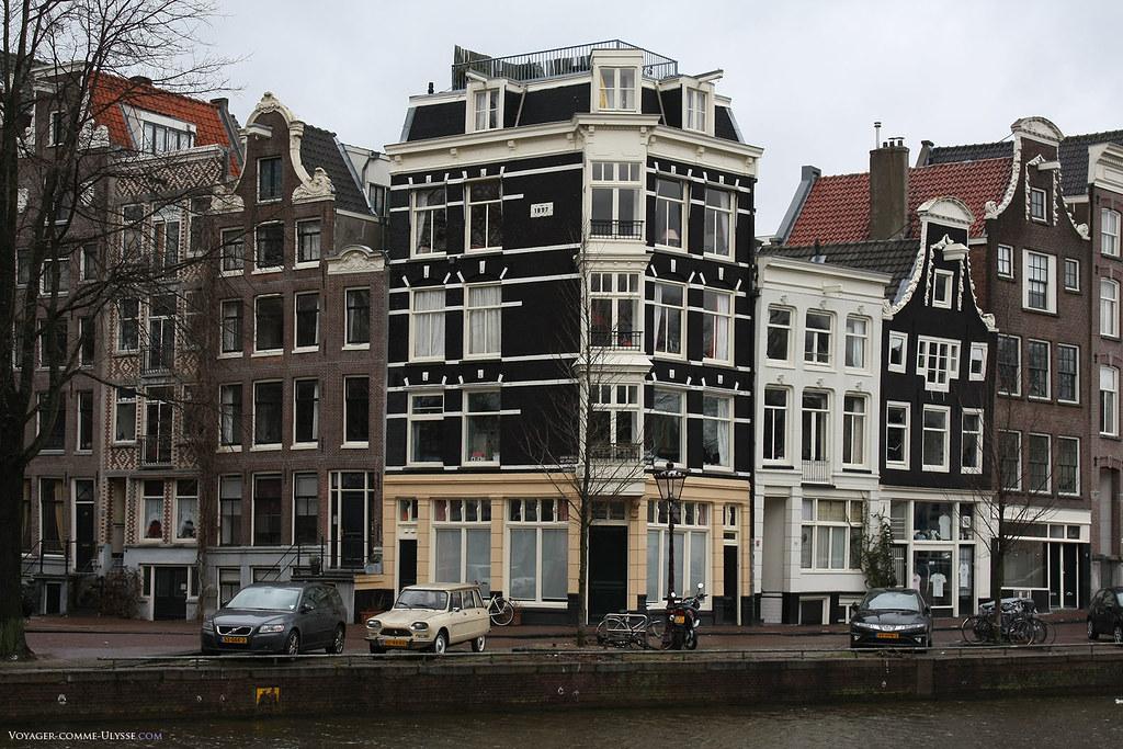 Immeubles bordant le canal. Nous sommes à Amsterdam, qui, malgré ses inffluences des quatre coins du monde, a su garder une unité architecturale.