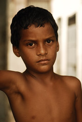 Indian boy (Persodan) Tags: voyage travel boy portrait brown india man portraits children eyes nikon asia reporter beaut asie rue marron enfant beau regards inde regard papineau bello 2011 nikond200 55micronikkor nikonflickraward nikkond20055micronikkor danielpapineau photographedanielpapineau