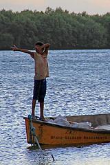 Pescador ou caador? (Gildson Nascimento) Tags: barco garoto criana caador riopiranhas gildsonnascimento