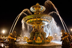 Fountain @ Place de la Concorde, Paris, France, 2011 (lambertwm) Tags: holiday paris france water fountain nightshot flash spray handheld frankrijk fontain parijs placedelaconcorde 2011 herfstvakantie
