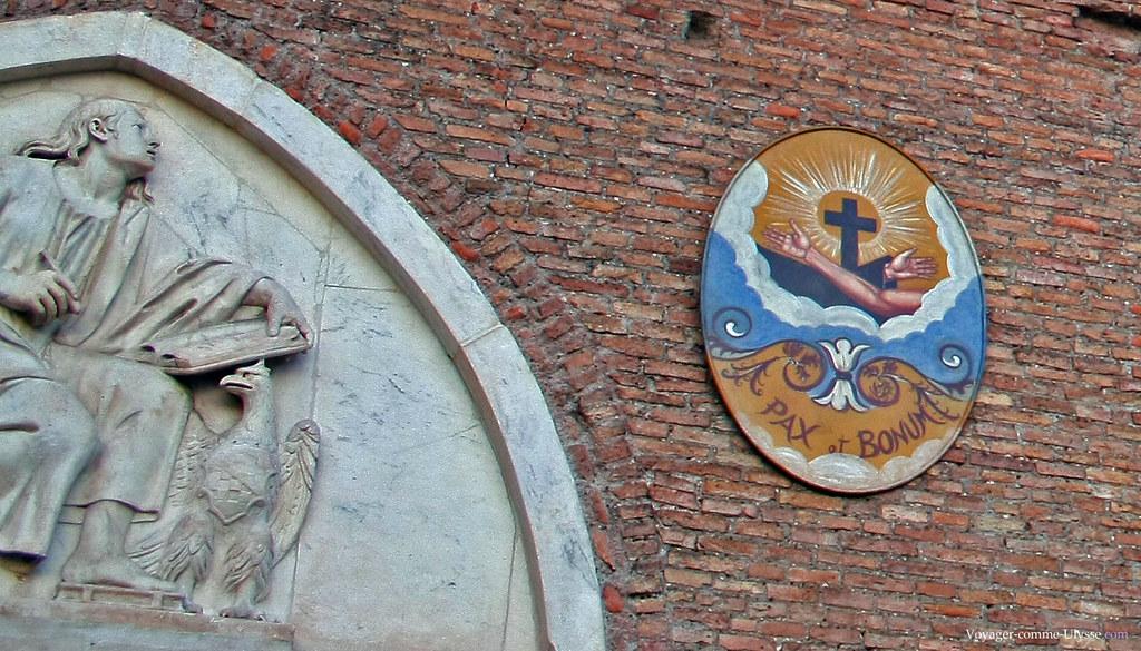 Pax et Bonum, sur la façade dénudée de Santa Maria Aracoeli