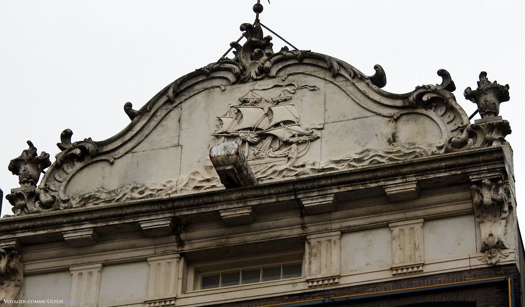 Bon nombre d'immeubles nous remémorent le passé de marchands, de marins des pays-bas. Ici, un bas-relief avec un voilier.