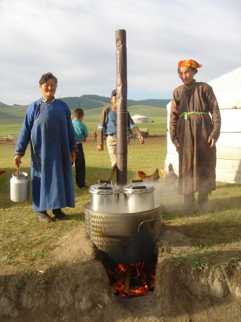 Fabrication de beurre chez l'habitant (yourte): pasteurisation du lait, Sum de Onder-Ulaan (Bag de Belkhi), Arkhangaï, Mongolie