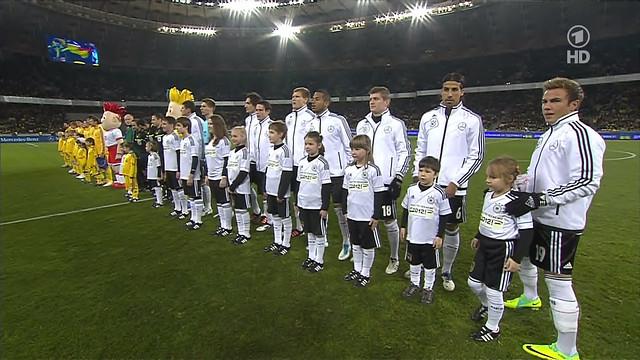Кристина (крайняя справа) на поле Олимпийского стадиона в Киеве перед началом товарищеского матча Украина-Германия, 11 ноября 2011 года
