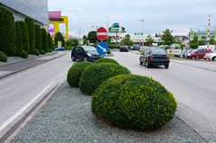 Plus City (austrianpsycho) Tags: building cars schilder autos gebäude pasching einkaufszentrum sträucher pkws büsche strase pluscity