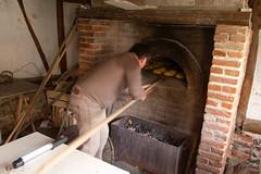 Enfournage des brioches (zigazou76) Tags: moulin four pain fête brioche pelle bois manifestation chs expotec saintgilles 2011 événement saintéloi enfournage