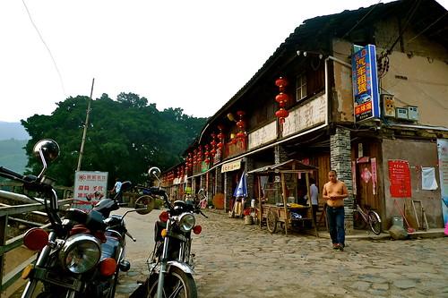 .....純樸的小鎮也開始有了第一家的酒吧.....