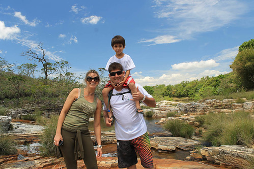 Aline, Biro e seu filho na cachoeira no Paraíso Perdido