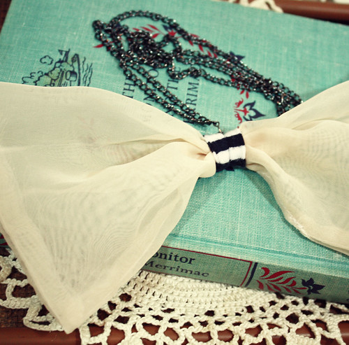 bow necklace beige
