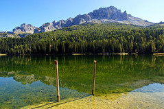 Misurinasee on a sunny day (dorena-wm) Tags: italien light two italy sun mountain lake alps reflection green water berg lines rock forest landscape see licht wasser linie pile grn fels alpen landschaft sonne wald spiegelung zwei dolomites reflektion dolomiten pfhle pfahl lagodimisurina cadinidimisurina misurinasee dorenawm