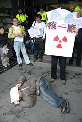 環團與居民演出行動劇,抗議高危險性核廢料。(攝影:陳偉恩)
