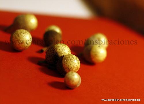 Ideas para hacer adornos de Navidad en un minuto: Bellotas con bolitas de nieve dorada