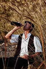 Tarde de merienda (Jose Casielles) Tags: luz campo pan hombre tarde vino yecla merienda esparto fotografíasjcasielles