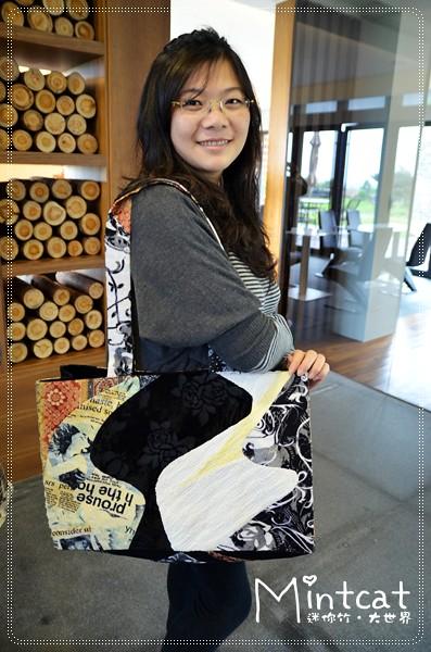 在石梯坪緩慢遇見拉拉龍女~手工精緻的記憶舊衣包