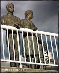 Familia (Moi_Solo) Tags: family españa familia asturias estatua gijon hdr autofocus