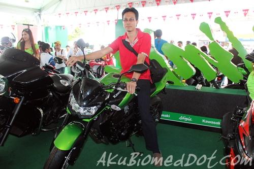 AkuBiomed bergambar bersama Kawasaki z750