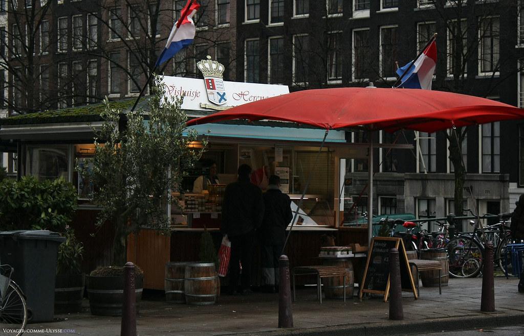 Vishuisje Herengracht, un des  endroits connu d'Amsterdam où l'on achète le traditionnel hareng, à manger à toute heure et à toutes les sauces.