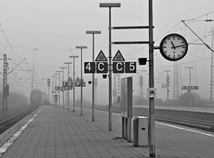 Gelsenkirchen HBF (GelsenBuer) Tags: bw mist lamp misty fog train germany deutschland nebel angle pov perspective zug trains bn hauptbahnhof trainstation nrw sw lamps lantern hbf perspektive lampen laternen zge blickwinkel gelsenkirchenhbf