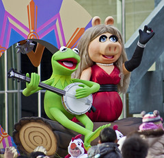 Singing Songs About Rainbows (Jay:Dee) Tags: christmas toronto muppets parade celebration hero winner kermit floats misspiggy santaclausparade kermitthefrog 2011 herowinner