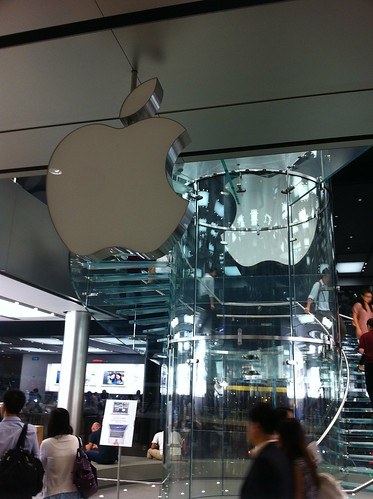 Dimmed Apple logo at Hong Kong Apple Store 