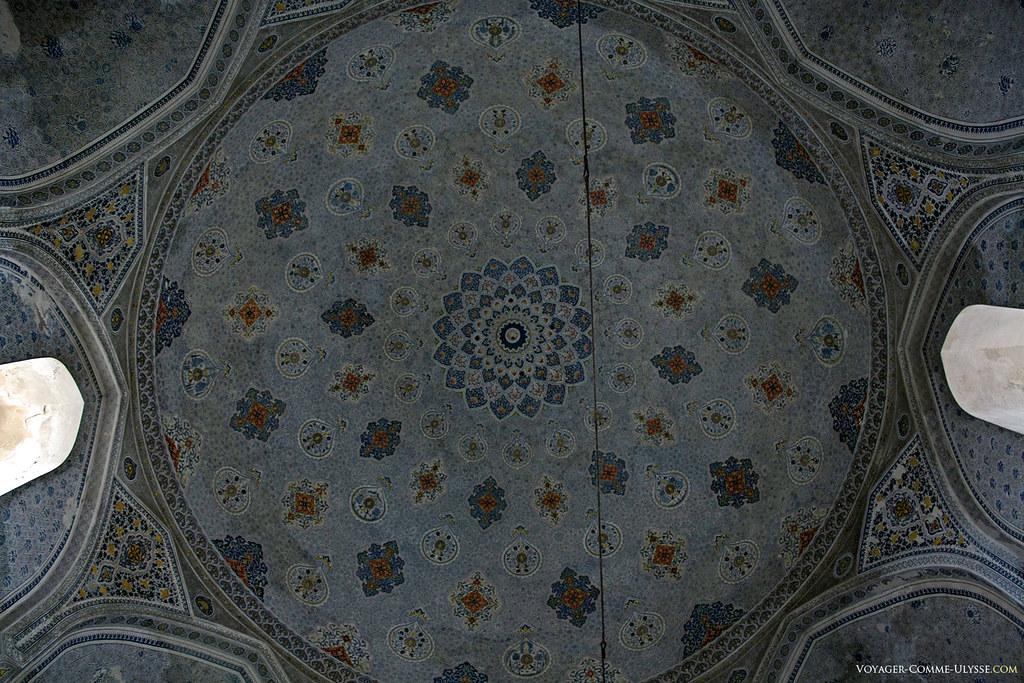 Décoration intérieure d'une des coupoles de Dorut Tilavat. Le résultat est impressionant de finesse.
