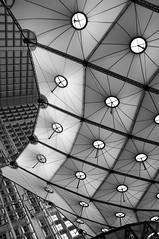 Grande Arche de la Défense (Paris) (molineli) Tags: bw paris building monochrome finepix fujifilm ladéfense défense noirblanc grandearche arche x100