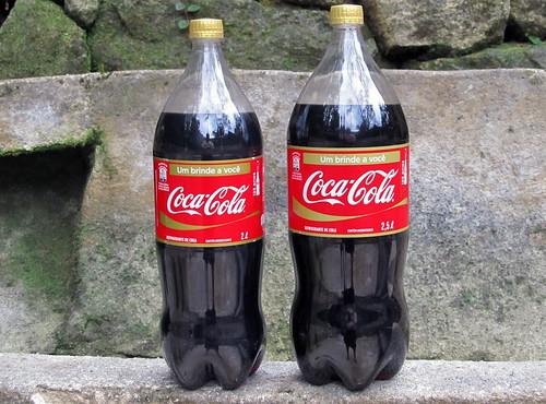 Coca-Cola 125 Anos 2L e 2,5L Serie Um Brinde a Voce de outubro 2011 Brasil by roitberg