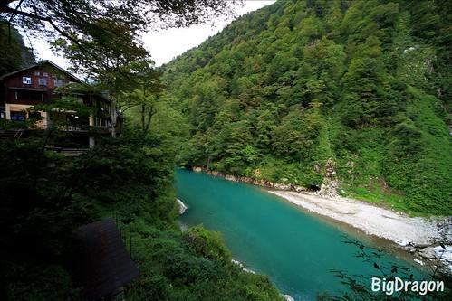 美しい青色の黒部川