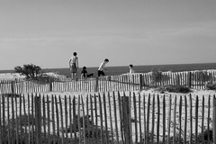 Arcachon - Enfants (Anne Gaillard) Tags: ocean white black france beach kids canon anne eos dock sand noir post dune sable enfants plage blanc arcachon jeu bassin lightroom petitnice aquitaine gironde piquet gaillard moiretblanc 450d