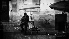 Artist in Monmartre Paris, France 18/9 2011 (photoola) Tags: street blackandwhite bw paris france monochrome frankreich artist montmartre francia sv  parigi frankrike placedutertre pary svartvitt francja ranska konstnr    photoola