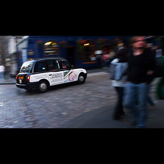 Edinburgh Tour (Sator Arepo) Tags: leica uk people motion walking scotland movement pub edinburgh europa europe cab taxi streetphotography escocia summicron cabbie frantic panning 169 edimburgo dlux barrido lti pavestones carbodies dlux4