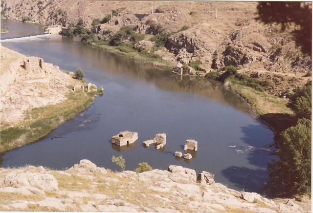 Vista de los Molinos del Tajo desde el Cerro de la ermita de la Cabeza hacia 1980. Fotografía de José Luis Corral