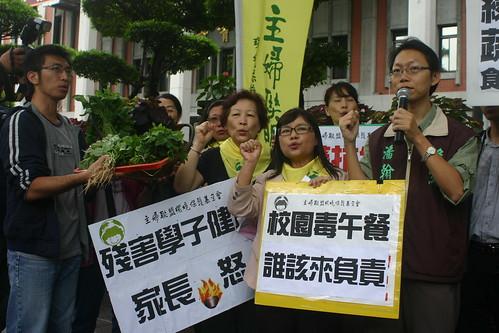 多個民間團體11月8日到教育部前為學童請命。(攝影:陳寧)
