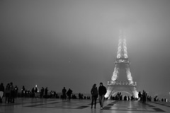 La tour Eiffel la nuit sous la brume ~ Paris (. ADRIEN .) Tags: street paris france night rue trocadero