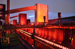 Kokerei Zollverein (iRuDiTaN) Tags: red art industry luz architecture rojo arquitectura essen factory arte culture ligth gorria industria ruhr cultura kokereizollverein fbrica argia industrialheritage kultura artea industriekultur industrialarchitecture extraschicht fabrika arkitektura arquitecturaindustrial patrimonioindustrial arkitekturaindustriala hondareindustriala